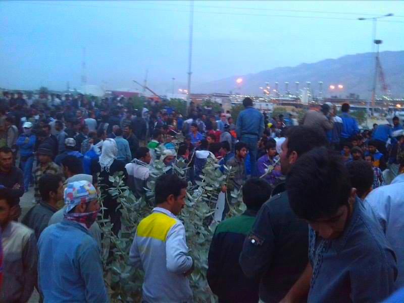 هزاران کارگر پالایشگاه های عسلویه  همچنان در اعتصاب به سر میبرند
