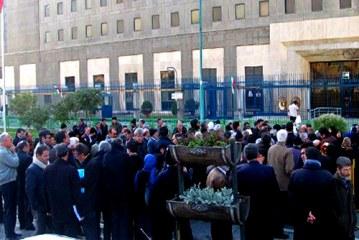 تجمع گروهی از کارمندان بازنشسته دانشگاهها مقابل مجلس