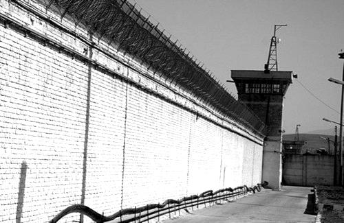 یورش گارد امنیتی زندان رجایی شهر به بند هفت/ ضرب وشتم زندانیان و تفتیش وسایل