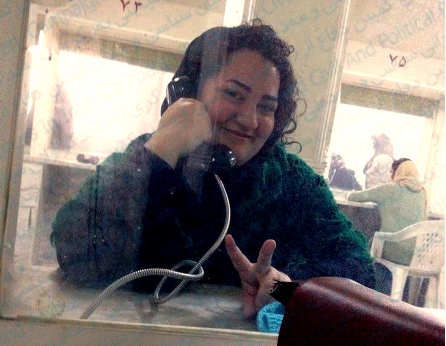مادر آتنا دائمی: هم با آزادی به قید وثیقه دخترم مخالفت می کنند هم با برگزاری دادگاه تجدید نظر