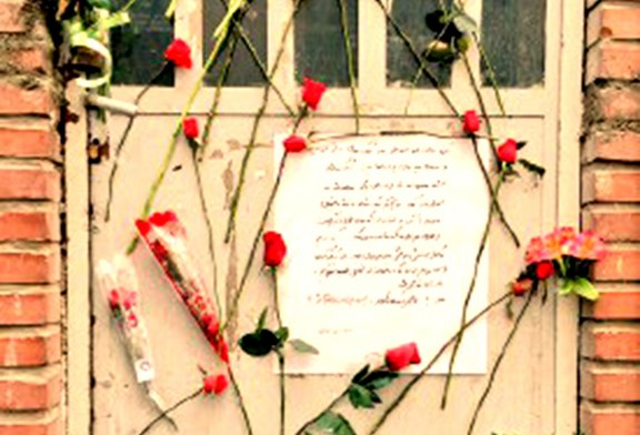 عکس: گلباران درب پلمپ شده انجمن اسلامی دانشگاه خواجه نصیر