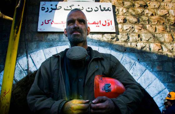 تجمع کارگران بازنشسته معدن طزره در مقابل ساختمان اداری معدن