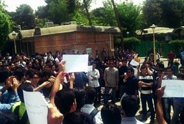 تجمع دانشجویان  دانشگاه آزاد در اعتراض به پرداخت شهریه