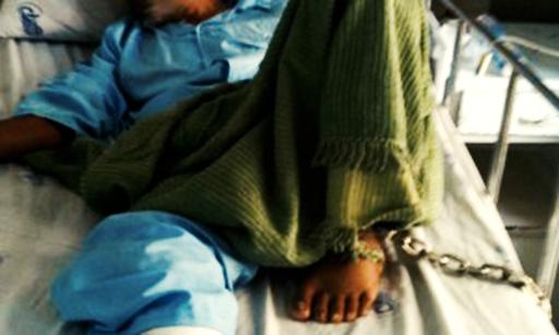 انتقال زندانی کرد با دستبند و پابند به بیمارستان