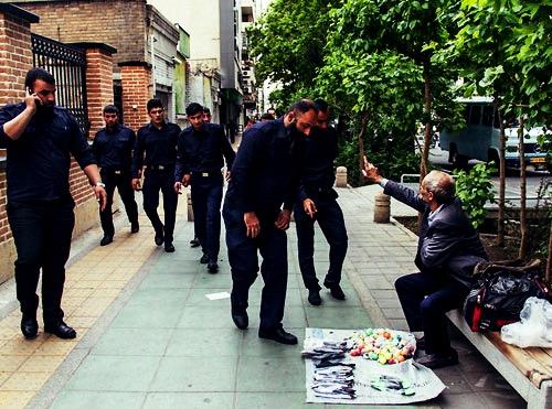 ضرب و شتم یک جوان دستفروش توسط مأموران شهرداری/ فیلم