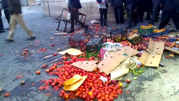 درگیری شدید ماموران شهرداری با دستفروشان۳