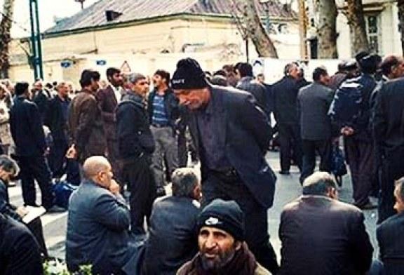 تجمع اعتراضی کارگران سد بابا حیدر در مقابل استانداری چهار محال و بختیاری