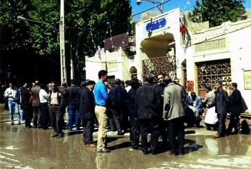 تجمع اعتراض آمیز در مقابل استانداری لرستان