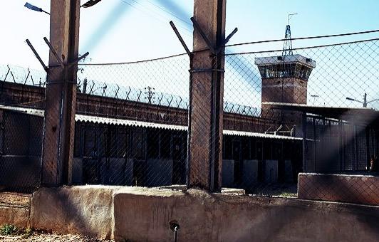 شکستن تنها پای زندانی جانباز جنگ توسط مسئول حفاظت زندان مرکزی زابل
