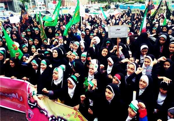 استفاده از کودکان در راهپیمایی تبلیغ حجاب / تصویر