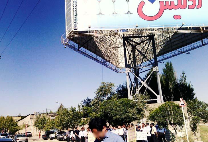 تجمع کارگران آدنیس مقابل درب ورودی کارخانه