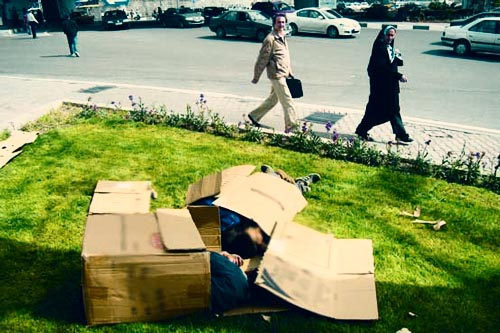 کارگران شهرداری تهران در اطراف مقبره خمینی کارتنخوابی میکنند