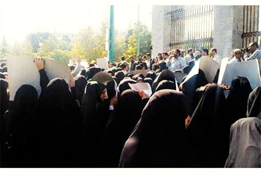 تجمع اهالی یک روستا مقابل مجلس