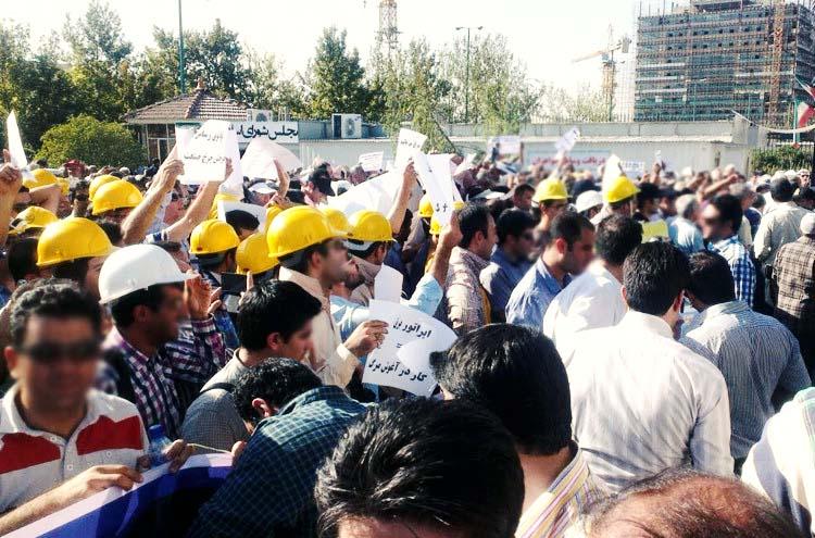 دومین روز تجمع کلاهزردها مقابل سازمان مدیریت/ کارگران: از وعدههای شفاهی خستهایم