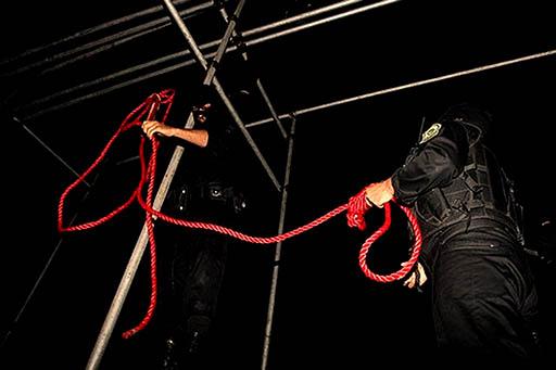 زندان سلماس؛ جلوگیری مسئولین زندان از انجام آخرین ملاقات محکومان به اعدام با خانوادهها/ تجمع و درگیری مقابل زندان
