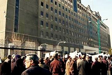 تجمع اعتراضی کارکنان شرکتی مخابرات مقابل مجلس