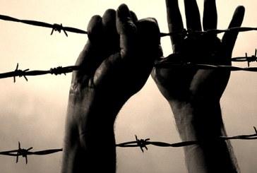 زنجیر کردن یک زندانی به میله پرچم در زندان اردبیل