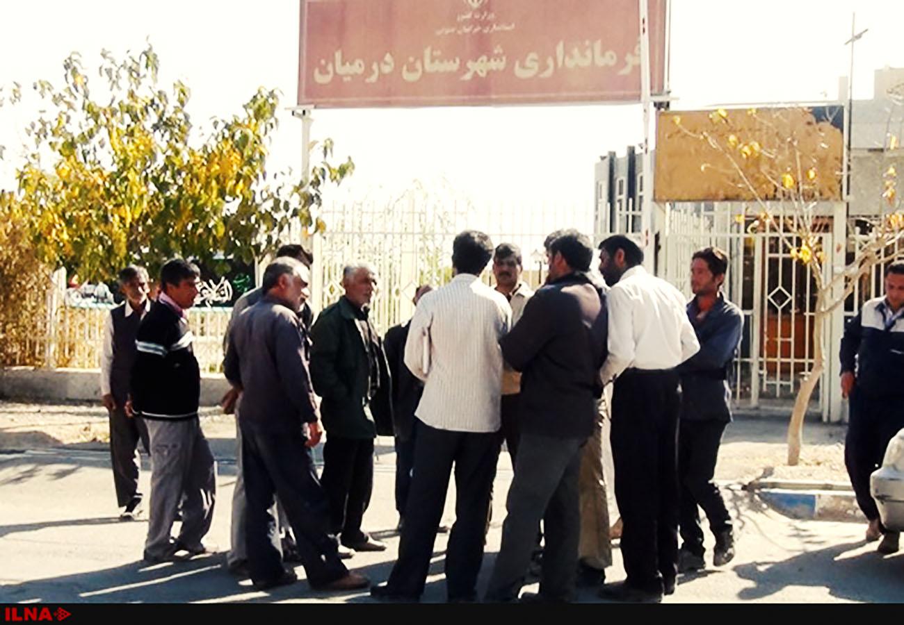 تجمع کارگران قند قهستان مقابل ساختمان فرمانداری درمیان