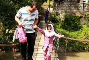 دانش آموزان شهرآرای چالوس هر روز از پل کابلی ناامن به مدرسه می روند