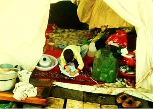 زندگی کودک فقیر فومنی زیر چادر برفی/ از بی تفاوتی مسئولان تا کمپین های حمایت مردمی