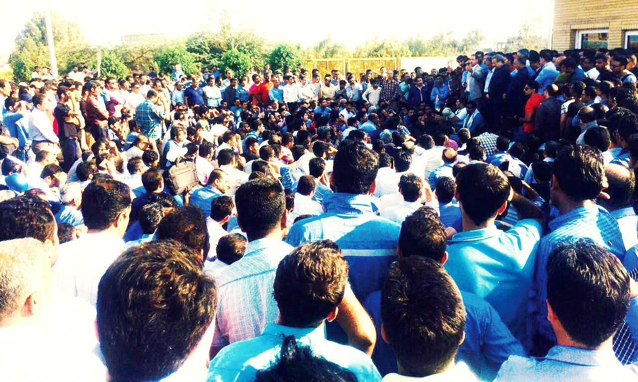 تجمع ۲۰۰ نفری کارگران گروه ملی فولاد اهواز مقابل استانداری خوزستان