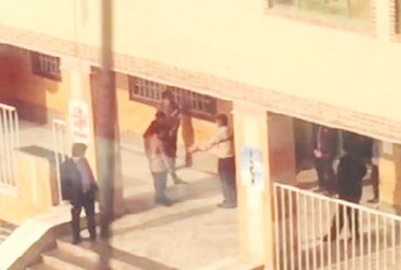 تنبیه دانشآموزان دبیرستانی با کمربند سر صف