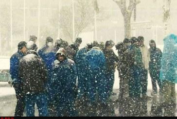 ادامه اعتراض کارگران لیفتراکسازی زیر بارش برف