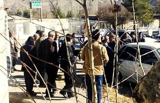 کارگران سهامدار کارخانه قند یاسوج مقابل بانک تجارت تجمع کردند