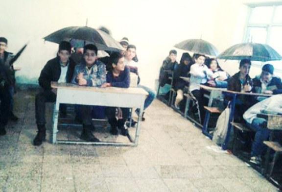 دانشآموزان شهرستان دورود لرستان با چتر سر کلاس مینشینند