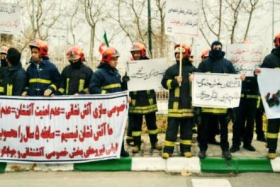 گروهی از آتشنشانان مشهد خواستار رسیدگی به وضعیت خود شدند