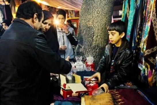نمایی از کودکان کار خرم آباد در بازار پر هیا هوی شب عید/ گزارش تصویری