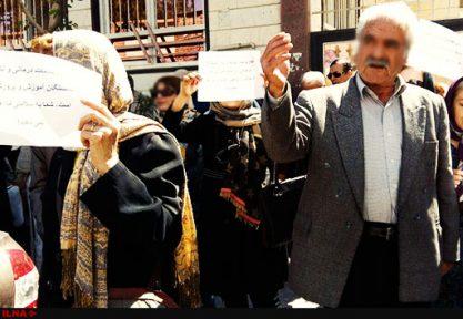 تجمع دوباره کارگران بازنشسته رنگین نخ مقابل فرمانداری سمنان