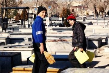 کودکانی که در گورستان آب می فروشند؛ «هر دبه آب هزار تومان»